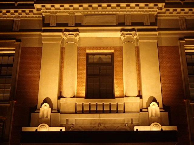 令和元年度県庁5号館改修工事(建築)外観 玄関上部装飾(夜)