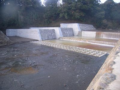 蒲牟田堰堤上流床固右岸工事【完成】(左岸側から右岸方向)