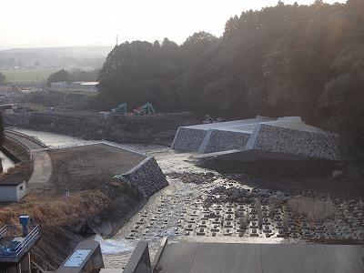蒲牟田堰堤上流床固右岸工事(上流側から施工箇所方向)