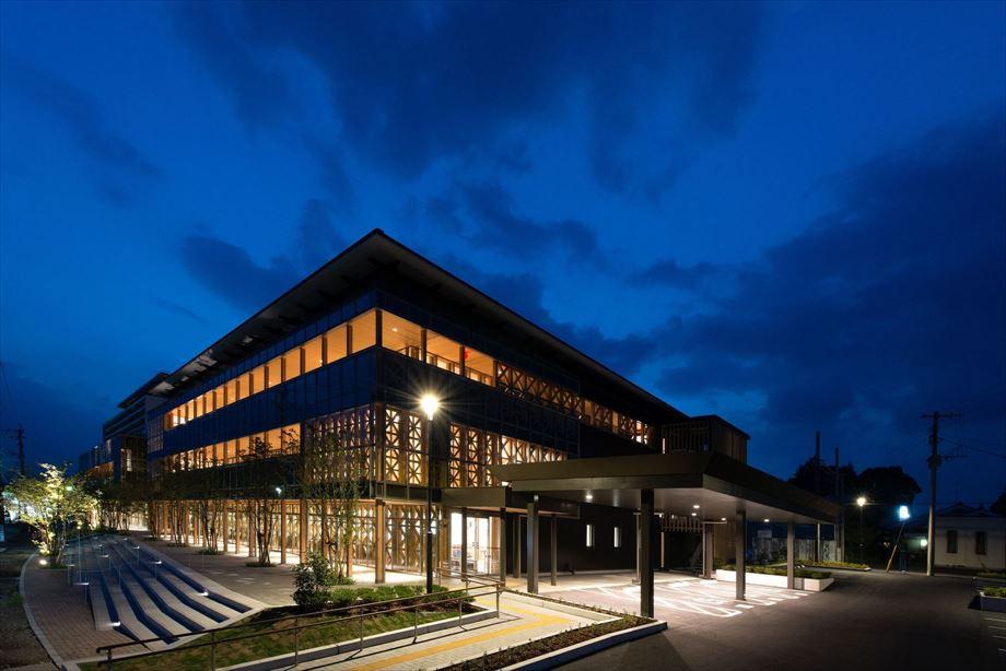 小林市新庁舎議会棟新築建築主体工事【外観・南東面夜】