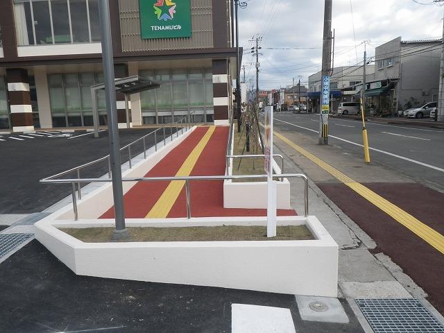小林まちなか複合ビル(TENAMUビル)【歩道よりのアクセス通路】